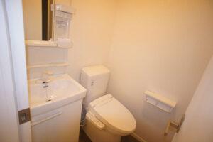 独立洗面台つきがうれしい!トイレは温水洗浄便座です