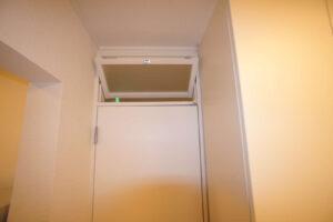 出入口上部の窓は開閉するので換気対策もバッチリ!