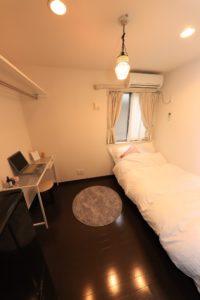 個室(寝具等はサンプル)